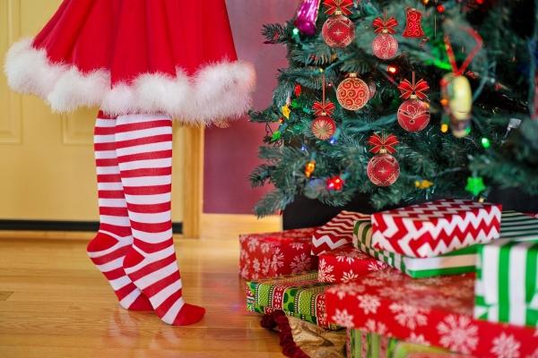 크리스마스 트리...크리스마스 트리의 유래는 세가지 설이 있지만, 원시적 종교의 형태인 성목숭배의 관습에 기원을 두고 있다고 보아야 할 것이다