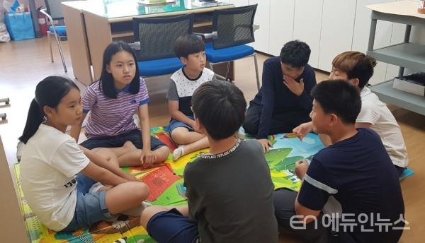 학생자치활동을 위해 스스로 회의를 하는 아이들.(사진=김경희 교사)