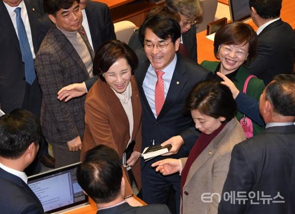유치원3법이 통과되자 박용진 의원과 유은혜 부총리 등이 기뻐하고 있다.(사진=박용진 페이스북)