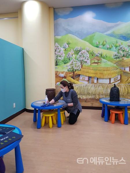 수원박물관 관계자가 어린이 체험실을 소독하고 있다.(사진제공=수원시)