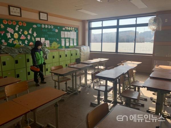 개학 앞둔 학교 교실 '코로나19' 방역 작업 모습.(사진=경북교육청)