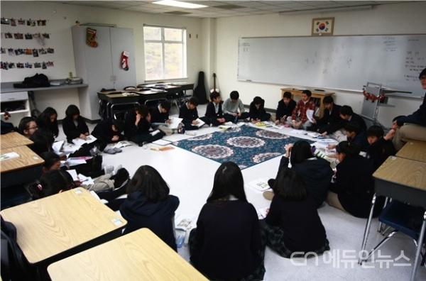 교실 바닥을 깨끗이 청소하면 그대로 앉아서도 수업이 가능하다.(사진=김재현 교사)