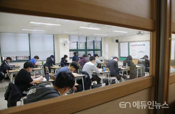 서울 경복고에서 1교시 수능시험 준비를 하고 있는 학생들.(사진=오영세 기자)