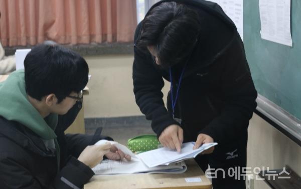 수능 시험장에서 학생을 확인하는 수능 감독 교사.(사진=지성배 기자)