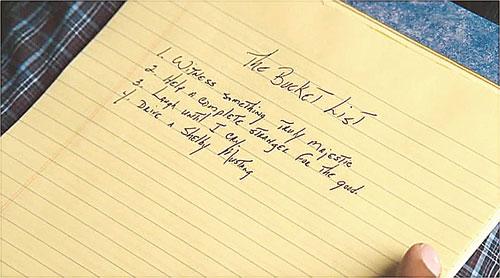 영화 '버킷 리스트'에서 주인공이 버킷 리스트를 작성하는 장면.