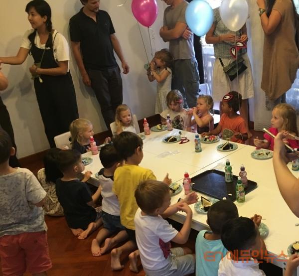 생일 축하 파티에 초대되어 선물을 주고 받으며 교제하는 모습.(사진=선우림)
