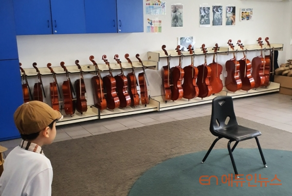 북중미 학교 등록을 위해 찾아간 학교에는 바이올린이 비치돼 있었다.(사진=선우림)