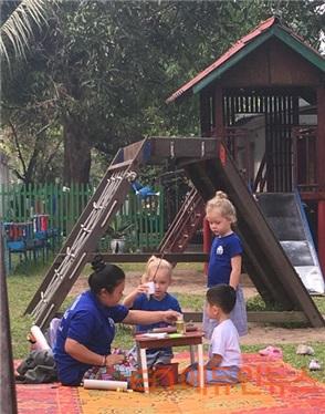 동남아 국제 유치원 마당에서 아침 간식을 먹는 아이들의 모습.(사진=선우림)